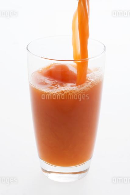グラスに注ぐ野菜ジュースの写真素材 [FYI04559980]