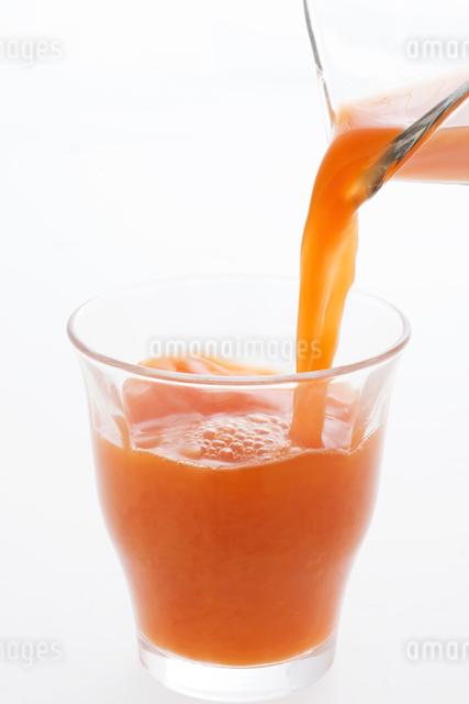 グラスに注ぐ野菜ジュースの写真素材 [FYI04559983]