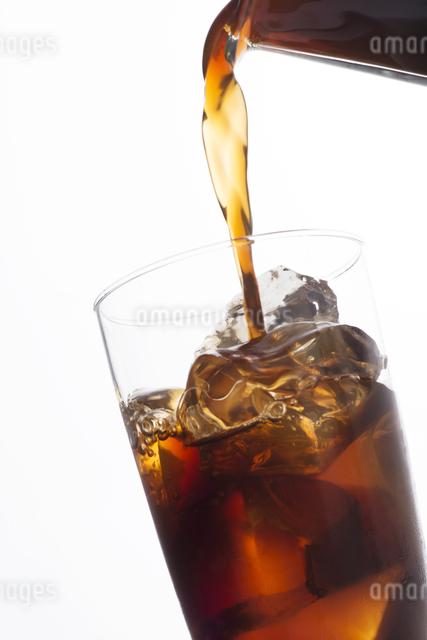 グラスに注ぐアイスコーヒーの写真素材 [FYI04559996]