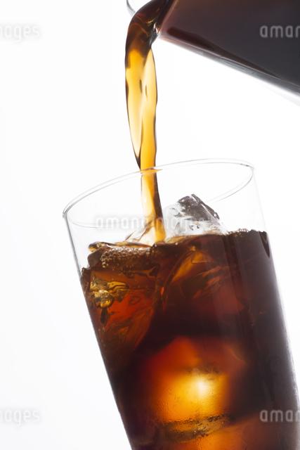 グラスに注ぐアイスコーヒーの写真素材 [FYI04559997]