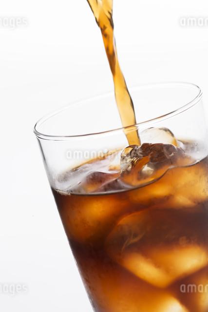 グラスに注ぐアイスコーヒーの写真素材 [FYI04559998]