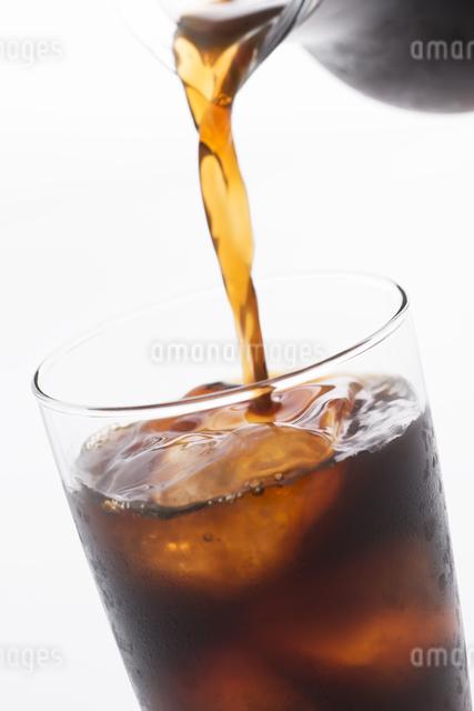 グラスに注ぐアイスコーヒーの写真素材 [FYI04560000]