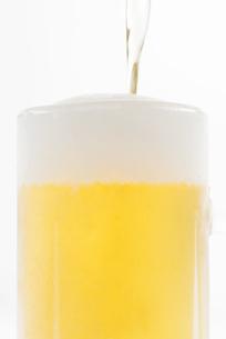 グラスに注ぐビールの写真素材 [FYI04560007]