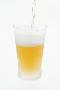 グラスに注ぐビールの写真素材 [FYI04560009]