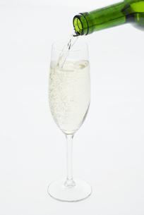 グラスに注ぐシャンパンの写真素材 [FYI04560011]