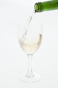 グラスに注ぐ白ワインの写真素材 [FYI04560020]