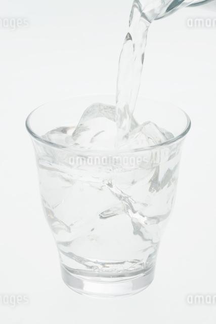 グラスに注ぐ水の写真素材 [FYI04560027]
