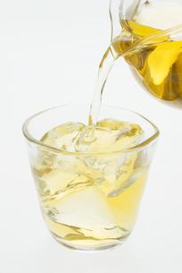 グラスに注ぐ冷茶の写真素材 [FYI04560031]