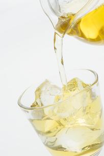 グラスに注ぐ冷茶の写真素材 [FYI04560034]
