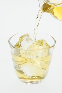 グラスに注ぐ冷茶の写真素材 [FYI04560035]