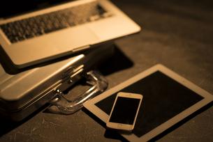 机の上のビジネスグッズの写真素材 [FYI04560193]