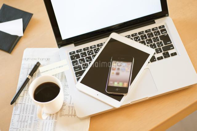 机の上のビジネスグッズの写真素材 [FYI04560202]