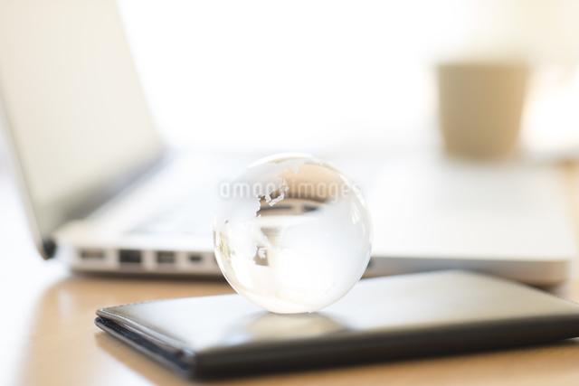 ガラスの地球とビジネスグッズの写真素材 [FYI04560213]