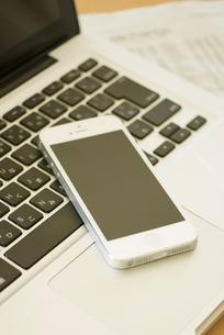 スマートフォンとノートパソコンの写真素材 [FYI04560217]