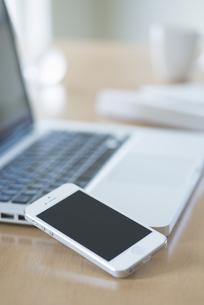 スマートフォンとノートパソコンの写真素材 [FYI04560223]
