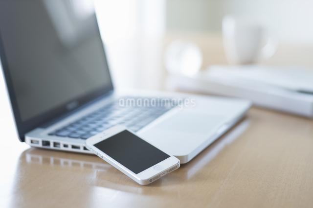 スマートフォンとノートパソコンの写真素材 [FYI04560224]