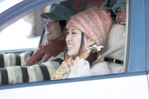 ドライブをする若者たちの写真素材 [FYI04560296]