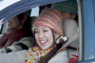 ドライブをする若者たちの写真素材 [FYI04560297]