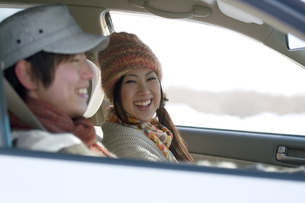 ドライブをするカップルの写真素材 [FYI04560300]