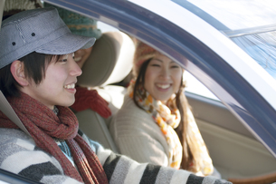 ドライブをするカップルの写真素材 [FYI04560301]
