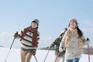 スキーをする若者たちの写真素材 [FYI04560304]