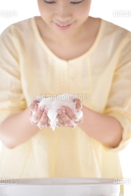 洗顔をする女性の写真素材 [FYI04560330]