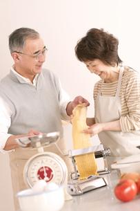 料理をするシニア夫婦の写真素材 [FYI04560337]