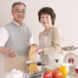 料理をするシニア夫婦の写真素材 [FYI04560338]