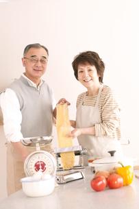 料理をするシニア夫婦の写真素材 [FYI04560339]