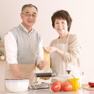 料理をするシニア夫婦の写真素材 [FYI04560345]
