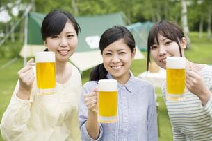 ビールを持ち微笑む3人の女性の写真素材 [FYI04560360]