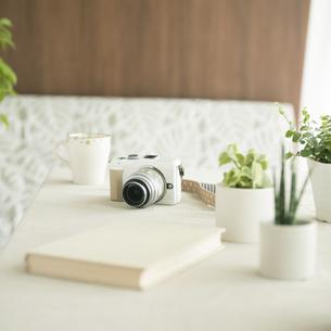 テーブルの上のミラーレス一眼カメラの写真素材 [FYI04560396]