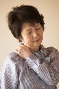 肩こりに悩むシニア女性の写真素材 [FYI04560415]