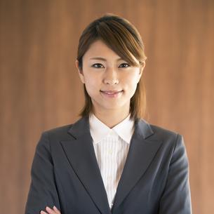 微笑むビジネスウーマンの写真素材 [FYI04560427]