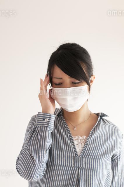 頭痛に悩む女性の写真素材 [FYI04560433]