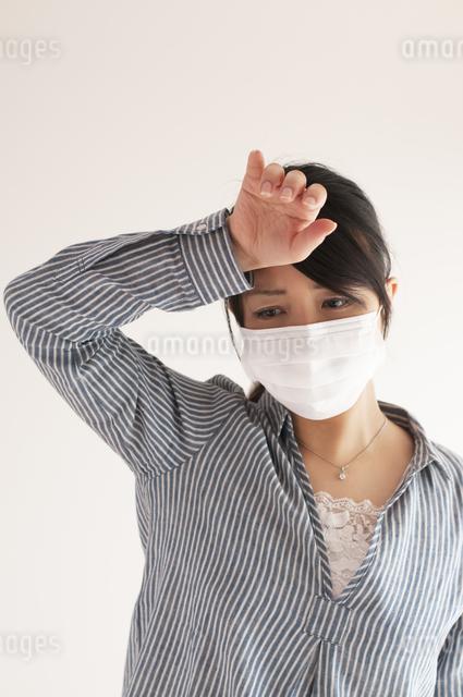 熱がある女性の写真素材 [FYI04560435]