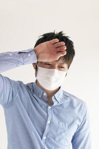 熱がある男性の写真素材 [FYI04560439]