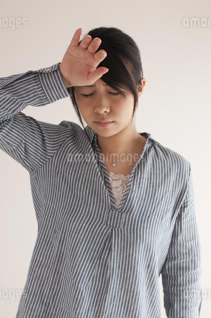 熱がある女性の写真素材 [FYI04560440]