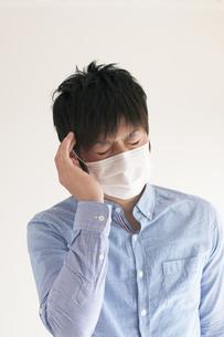 頭痛に悩む男性の写真素材 [FYI04560443]
