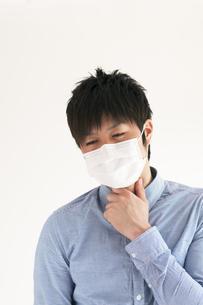 喉の痛みに悩む男性の写真素材 [FYI04560446]