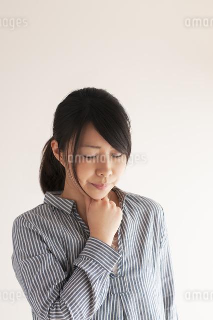 喉の痛みに悩む女性の写真素材 [FYI04560447]