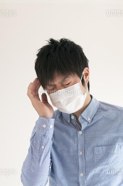 頭痛に悩む男性の写真素材 [FYI04560448]