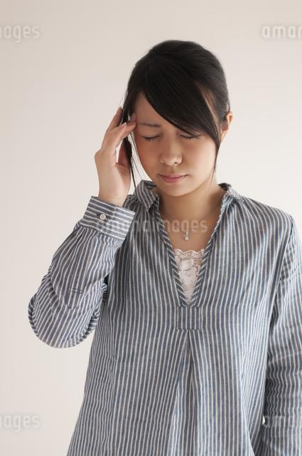 頭痛に悩む女性の写真素材 [FYI04560450]