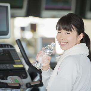 ジムで水分補給をする女性の写真素材 [FYI04560455]