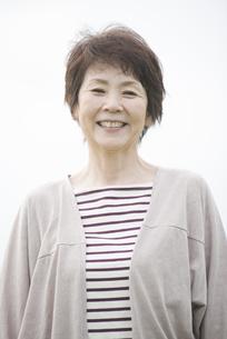 微笑むシニア女性の写真素材 [FYI04560464]