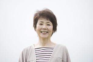 微笑むシニア女性の写真素材 [FYI04560470]