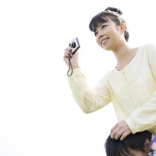 カメラを構える女性の写真素材 [FYI04560482]