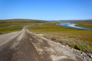 アラスカのパイプラインとザック川の写真素材 [FYI04560721]