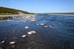 夏のアラスカ、ザック川(Sag River)の写真素材 [FYI04560722]
