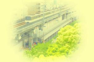 電車と新緑の木の写真素材 [FYI04560896]
